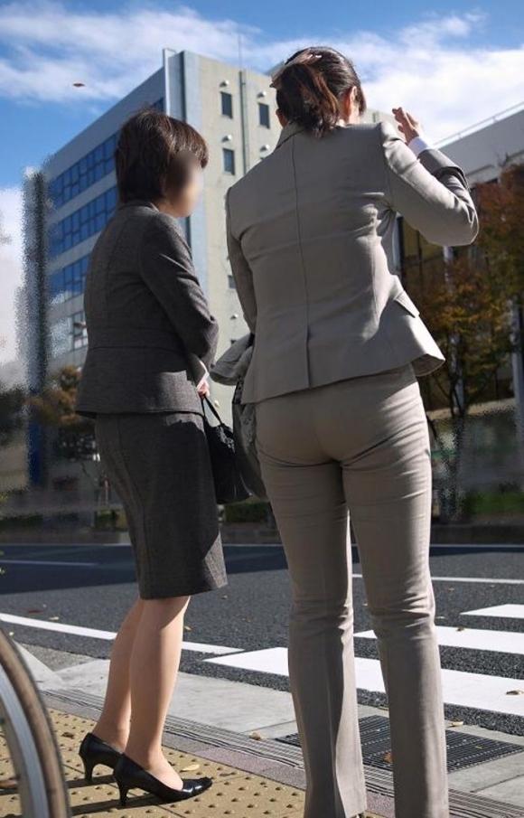タイトでラインがクッキリなスーツのOLさんのおしりがエロすぎるwwwwwww【画像30枚】18_20190127230227908.jpg