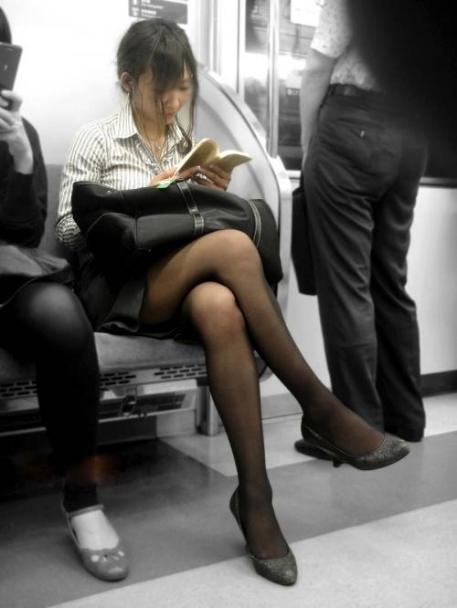 電車に乗ってる時間がとても楽しくなる女の子のエロい脚!wwwwwww【画像30枚】18_20190302152526ae5.jpg