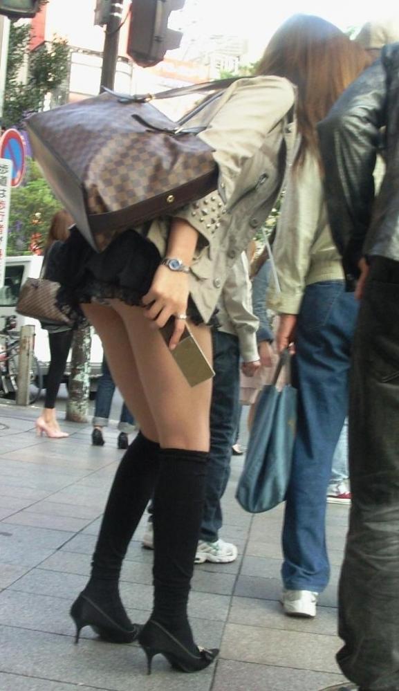 短いスカート履いてる子を狙うパンチラ盗撮犯の画像のクオリティが高すぎるwwwwwww【画像30枚】18_201911202252026ab.jpg