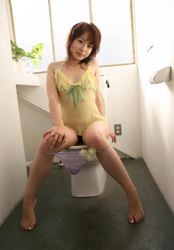 【脱ぎかけ】女の子がパンツを脱いでるところがくっそエロいwwwwwww【画像30枚】18_20200219232507318.jpg