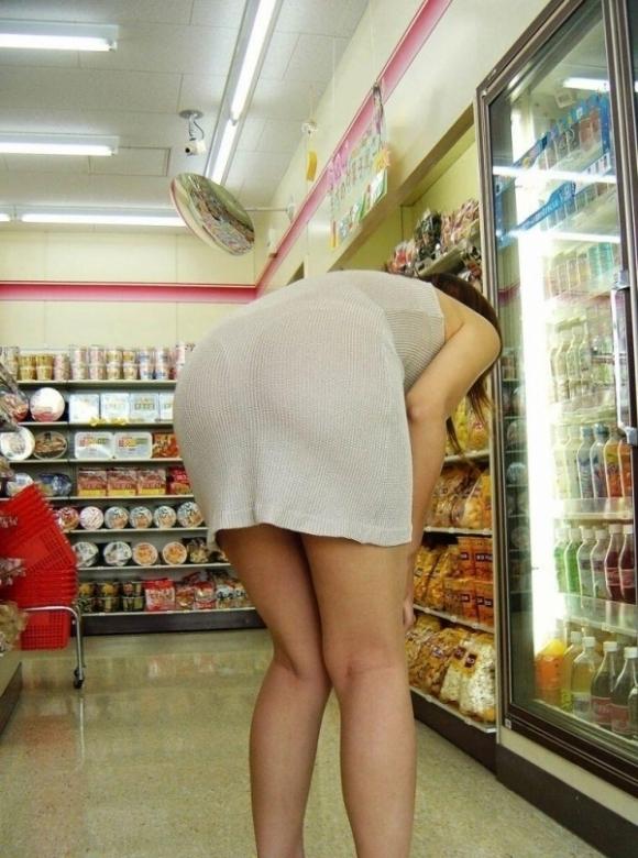 スカートが透けて見えてるパンティってソソるよなぁwwwwwww【画像30枚】19_20190112004613145.jpg