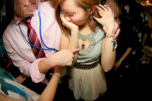 【おふざけ】友達と一緒にいるとテンションが上がっておっぱい出しちゃう女の子wwwwwww【画像30枚】19_20190125005141500.jpg