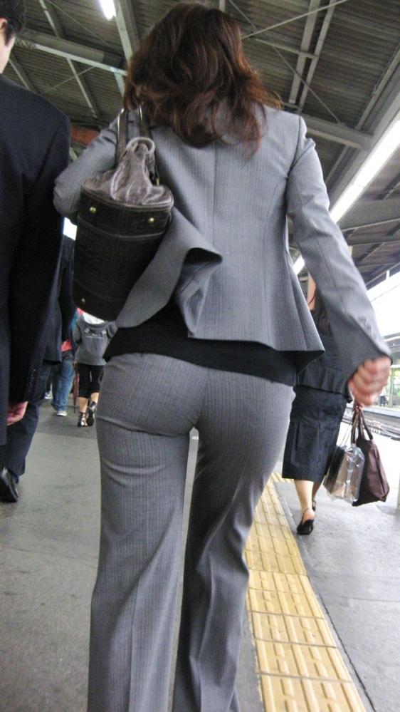 タイトでラインがクッキリなスーツのOLさんのおしりがエロすぎるwwwwwww【画像30枚】19_2019012723022927e.jpg