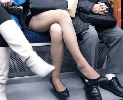 電車に乗ってる時間がとても楽しくなる女の子のエロい脚!wwwwwww【画像30枚】19_20190302152527d7c.jpg
