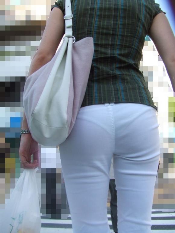 パンティが透けてる状態で外を歩いちゃダメだってwwwwwww【画像30枚】19_20190418015918b7f.jpg
