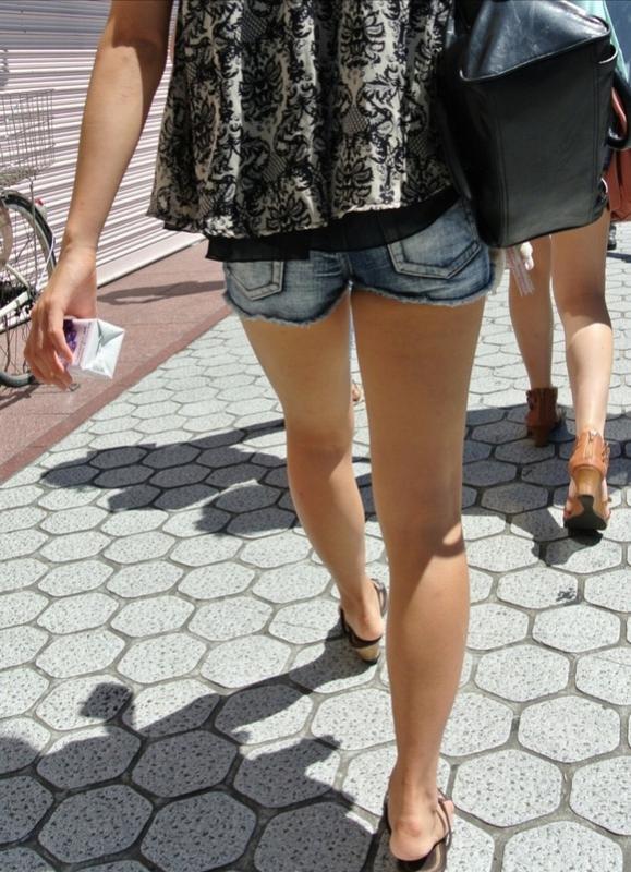 ホットパンツ履いてる女の子の脚を見つけたらずっと目で追ってしまうwwwwwww【画像30枚】19_20190604021213e07.jpg