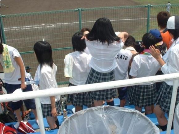 【女子校生】最近くっそ暑いからブラジャー透けてるJKが多くて幸せな気分になるwwwwwww【画像30枚】19_2019080901271367a.jpg