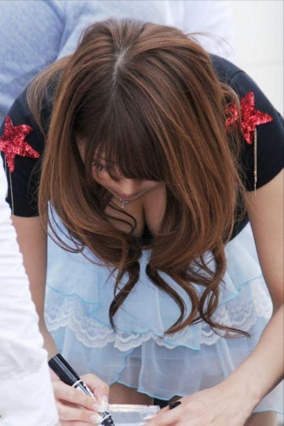 【谷間おっぱい画像】ガッツリ見せに来てる女の子って見られたい願望が強すぎるwwwwwww【画像30枚】19_20200104215618c13.jpg