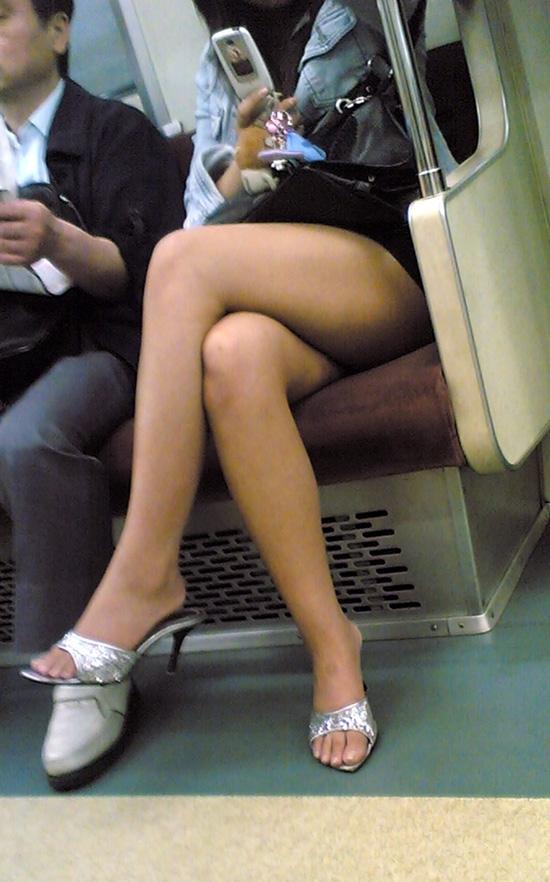 電車の中でエロい脚を晒してる女の子ってなんなん?wwwwwww【画像30枚】20_201809241742274e4.jpg