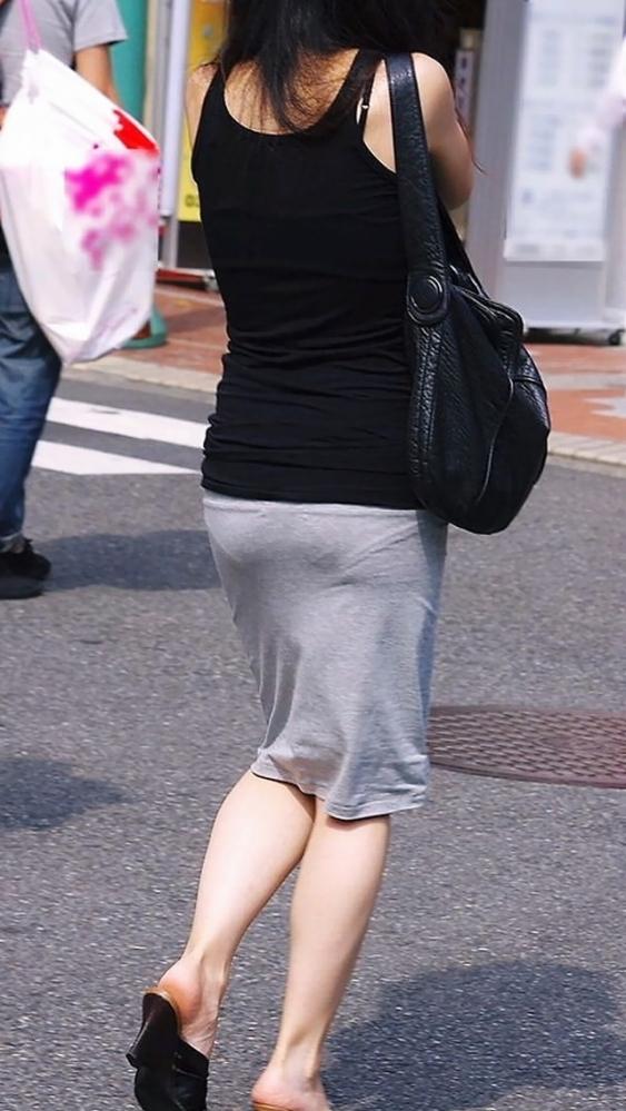 【残暑】暑いからパンティ透けちゃうレベルの薄着になる女子wwwwwww【画像30枚】20_20181002021217f61.jpg