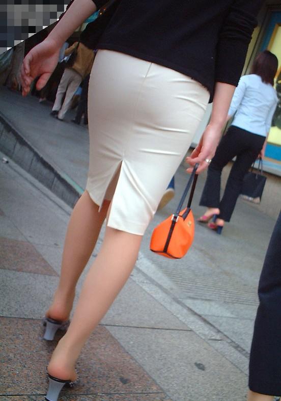 スカート履いてるOLさんがタイトすぎてくっそエロいわwwwwwww【画像30枚】20_201811141332590c1.jpg