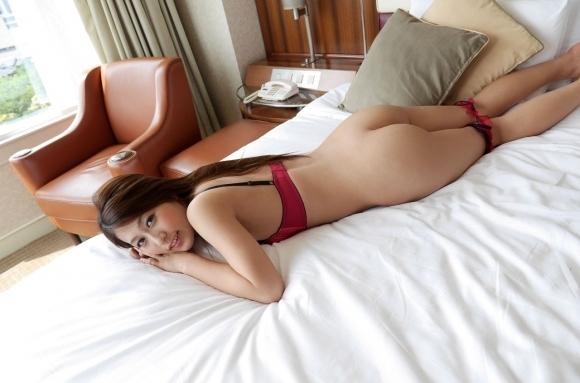 うつ伏せに寝転んでる女の子って何でこんなにエロく見えるの?wwwwwww【画像30枚】20_20190131015701bcf.jpg
