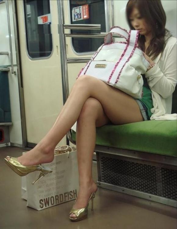 電車に乗ってる時間がとても楽しくなる女の子のエロい脚!wwwwwww【画像30枚】20_20190302152529ad7.jpg