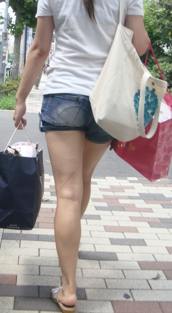 ホットパンツ履いてる女の子の脚を見つけたらずっと目で追ってしまうwwwwwww【画像30枚】20_201906040212151f6.jpg