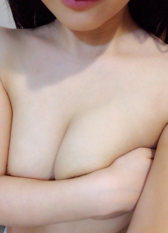 【自撮りエロ画像】ビッグな巨乳おっぱいを手ブラで披露してくる素人女子はエロ偏差値が高すぎるwwwwwww【画像30枚】20_2019090612230147c.jpg