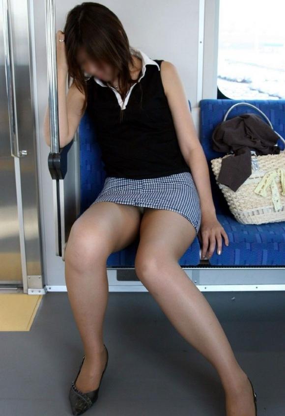 こんなエロい脚を晒して電車に乗る女の子って男泣かせだわwwwwwww【画像30枚】21_201812200107343a5.jpg