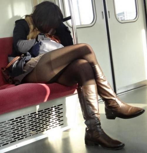 電車に乗ってる時間がとても楽しくなる女の子のエロい脚!wwwwwww【画像30枚】21_20190302152556d00.jpg