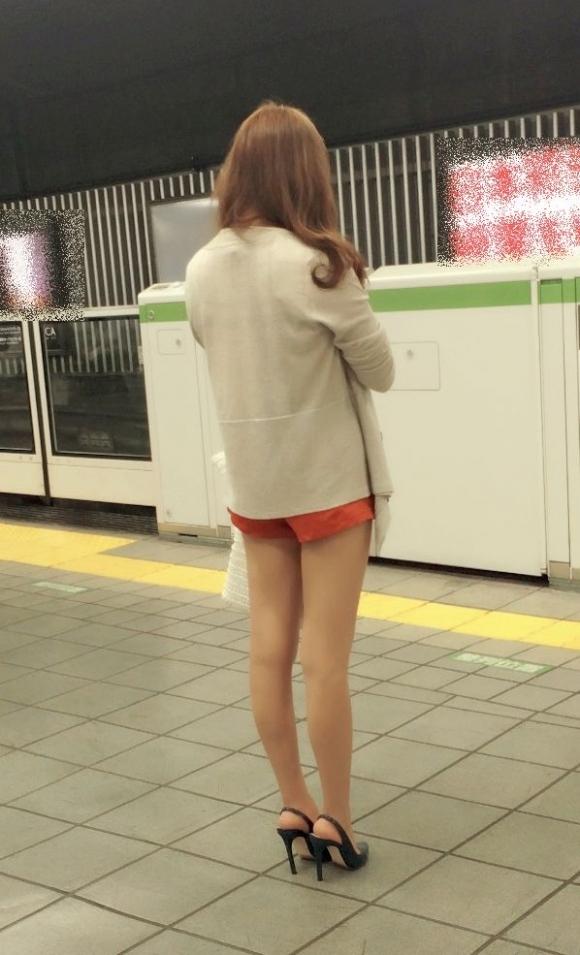 ホットパンツ履いてる女の子の脚を見つけたらずっと目で追ってしまうwwwwwww【画像30枚】21_20190604021245ae2.jpg