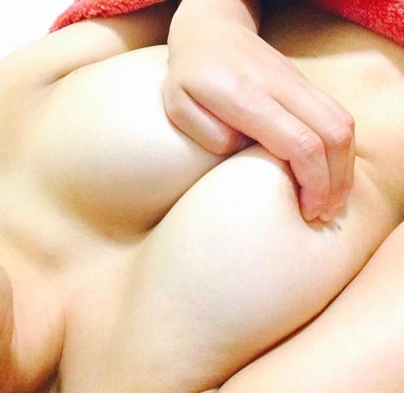 【自撮りエロ画像】ビッグな巨乳おっぱいを手ブラで披露してくる素人女子はエロ偏差値が高すぎるwwwwwww【画像30枚】21_201909061224014cf.jpg