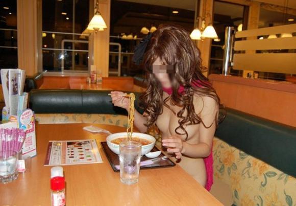 【露出狂】レストランで脱いじゃうとか頭の中どうなってるんだろうwwwwwww【画像30枚】21_20191019224728d7b.jpg