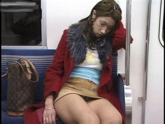 こんなエロい脚を晒して電車に乗る女の子って男泣かせだわwwwwwww【画像30枚】22_20181220010736a6d.jpg
