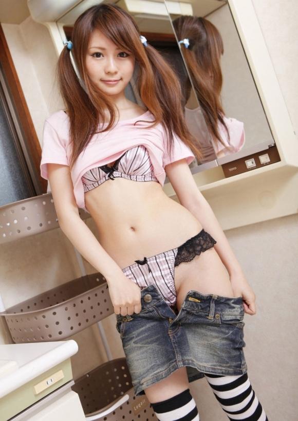 【脱衣中】女の子が服を脱いでるのってめっちゃセクシーだしエロいよなwwwwwww【画像30枚】22_20190207020734cc6.jpg