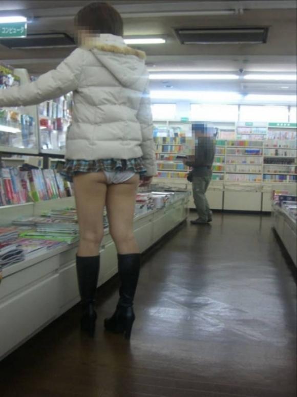 短すぎるスカートをなんで履くのか不思議すぎるwwwwwww【画像30枚】22_2019072401223151a.jpg