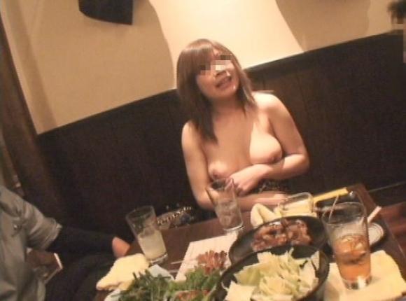 【露出狂】レストランで脱いじゃうとか頭の中どうなってるんだろうwwwwwww【画像30枚】22_20191019224728c9f.jpg