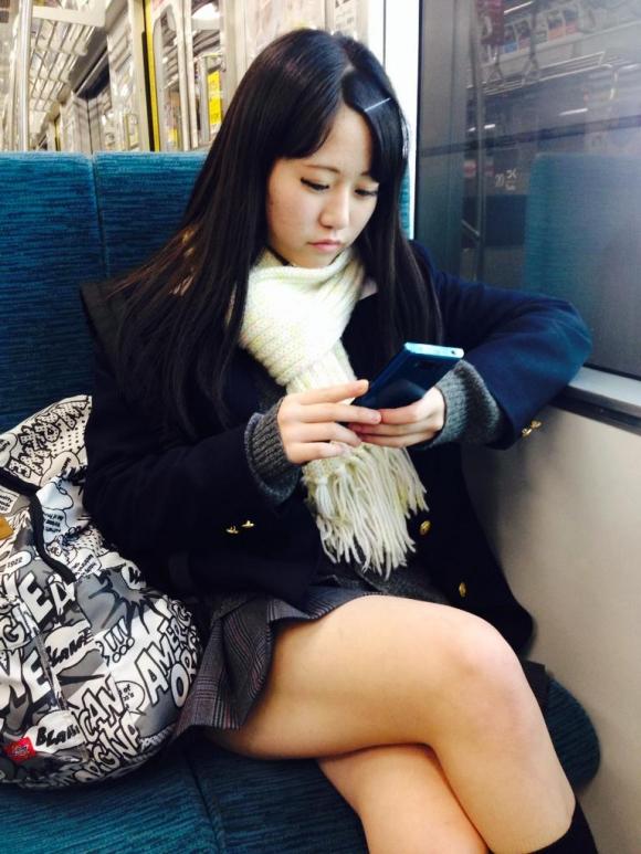 【女子校生】寒くても太もも出してるJKはガン見してほしいってことでOK?wwwwwww【画像30枚】22_20191025222413cb5.jpg