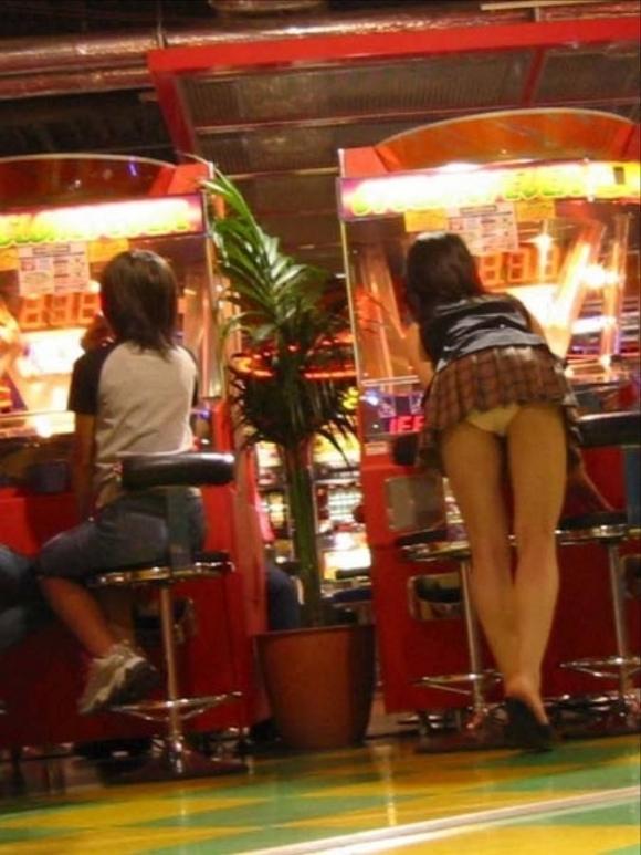 短いスカート履いてる子を狙うパンチラ盗撮犯の画像のクオリティが高すぎるwwwwwww【画像30枚】22_20191120225237ffd.jpg