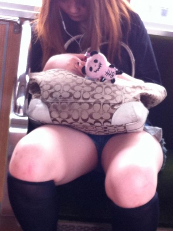 電車の中でエロい脚を晒してる女の子ってなんなん?wwwwwww【画像30枚】23_201809241743056d2.jpg