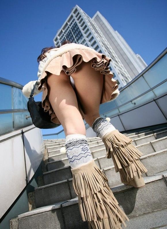 スカート履いてる女の子を狙ったローアングルパンチラのクオリティが凄いwwwwwww【画像30枚】23_20181230142822806.jpg