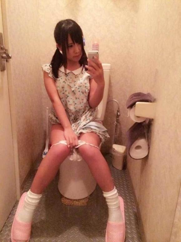 【素人自撮り画像】恥ずかしいからってトイレの中で自撮りしてる素人娘のオナネタ画像wwwwwww【画像30枚】23_2019011300494465b.jpg