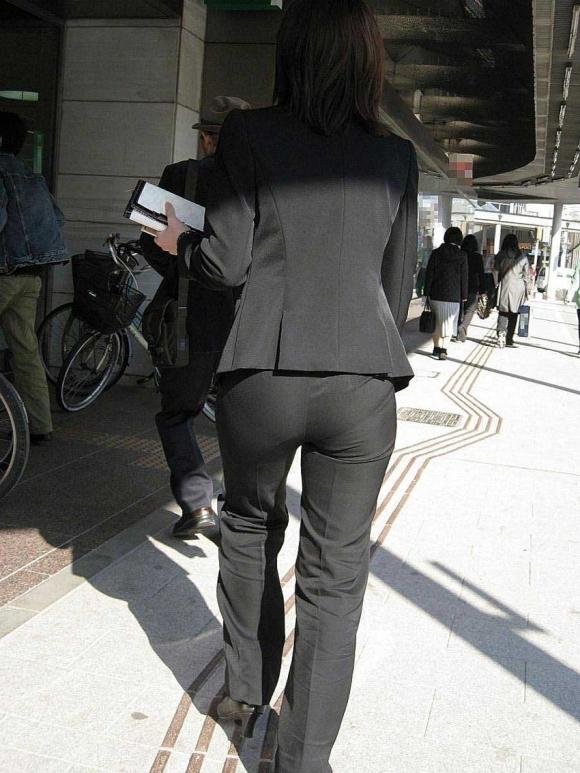 タイトでラインがクッキリなスーツのOLさんのおしりがエロすぎるwwwwwww【画像30枚】23_20190127230317df0.jpg