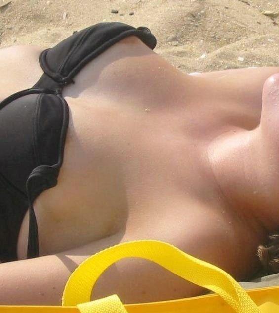 【盗撮】海で素人女子の水着姿を見てると余裕で乳首がポロポロしてるぞwwwwwww【画像30枚】23_20190410011156364.jpg