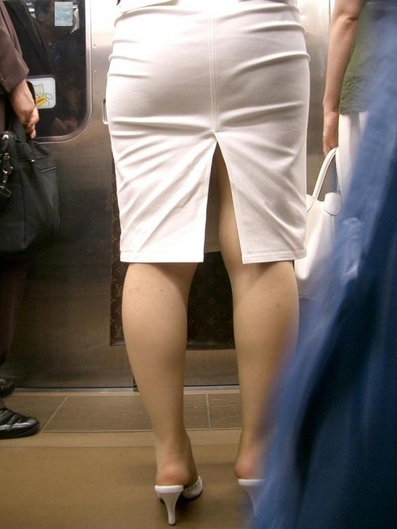 スカートの隙間からエロい脚が見えたら思わず凝視してしまうwwwwwww【画像30枚】23_20190703021311f9d.jpg
