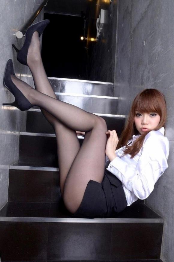 【脚】美しい美脚が映える黒ストッキングが最高のアイテムすぎるwwwwwww【画像30枚】23_201911242333261a1.jpg
