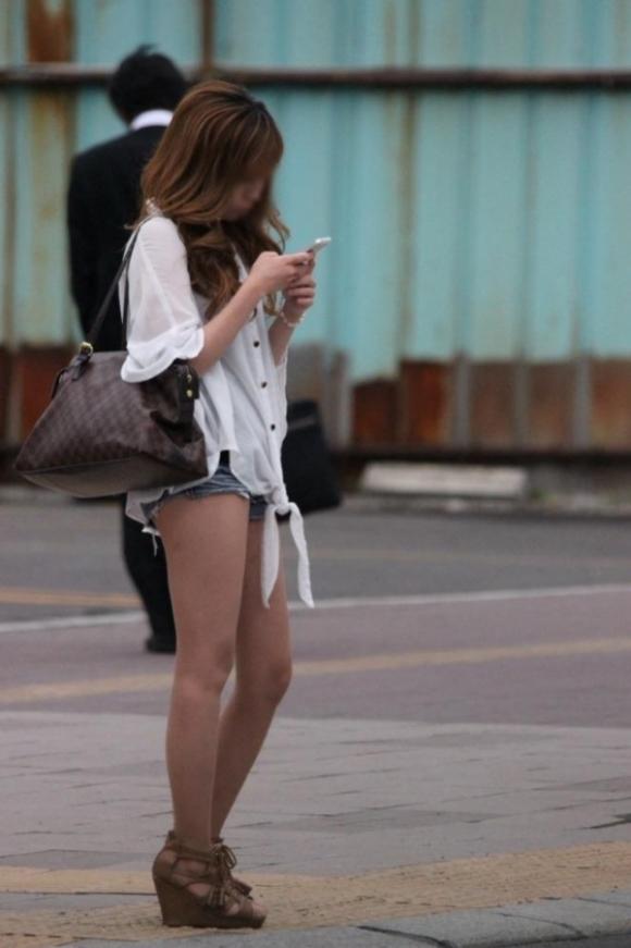 ホットパンツ履いてる女の子の脚を見つけたらずっと目で追ってしまうwwwwwww【画像30枚】24_20190604021249ccb.jpg