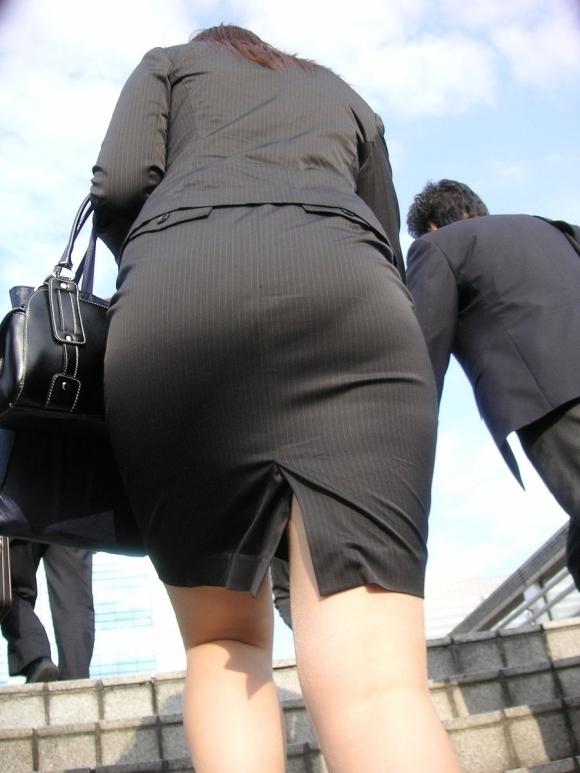【プリケツ】スカートがピチピチすぎてヒップラインが丸わかりになってるwwwwwww【画像30枚】24_20190831023237715.jpg