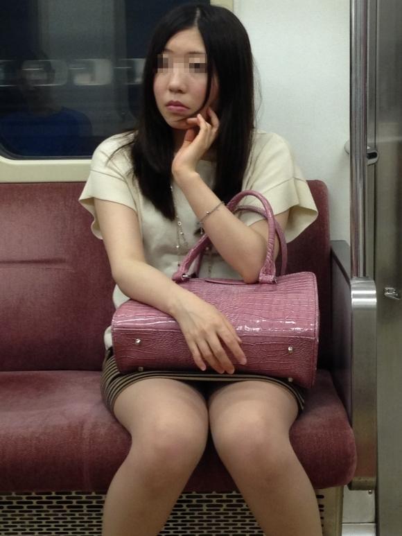 電車の中でエロい脚を晒してる女の子ってなんなん?wwwwwww【画像30枚】25_20180924174308013.jpg