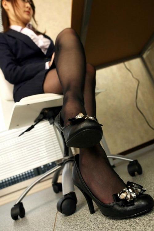 足フェチが喜ぶ黒ストッキングを履いた美脚が美しいwwwwwww【画像30枚】25_20181018161713388.jpg