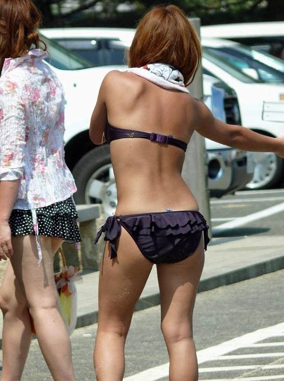 夏はエロい水着女子のおしりが見放題でたまらない季節wwwwwww【画像30枚】25_20190630013109f6c.jpg