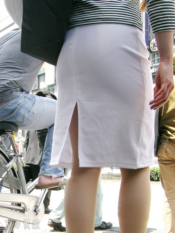 スカートの隙間からエロい脚が見えたら思わず凝視してしまうwwwwwww【画像30枚】25_20190703021314f4d.jpg