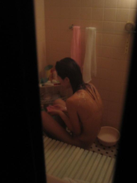 【民家盗撮】素人女子がお風呂に入ってるところが見たすぎて入浴してるトコを盗み撮りしたったwwwwwww【画像30枚】25_20190919014914e56.jpg