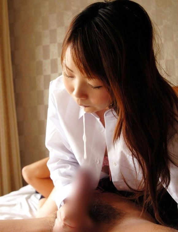 【フェラチオ】ヨダレで糸を引きながらチンコをフェラしてくる女の子がエロすぎるwwwwwww【画像30枚】25_2019112322004075e.jpg
