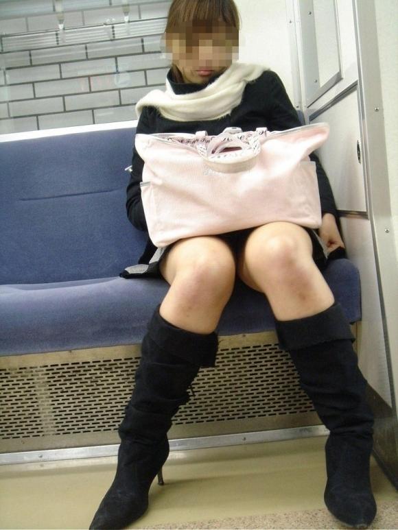 電車の中でエロい脚を晒してる女の子ってなんなん?wwwwwww【画像30枚】26_20180924174309bb5.jpg