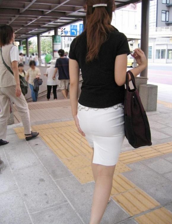 スカート履いてるOLさんがタイトすぎてくっそエロいわwwwwwww【画像30枚】26_20181114133332c50.jpg