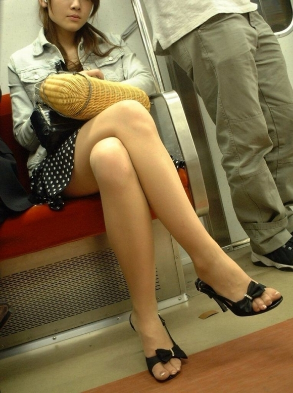 電車に乗ってる時間がとても楽しくなる女の子のエロい脚!wwwwwww【画像30枚】26_20190302152604ed0.jpg