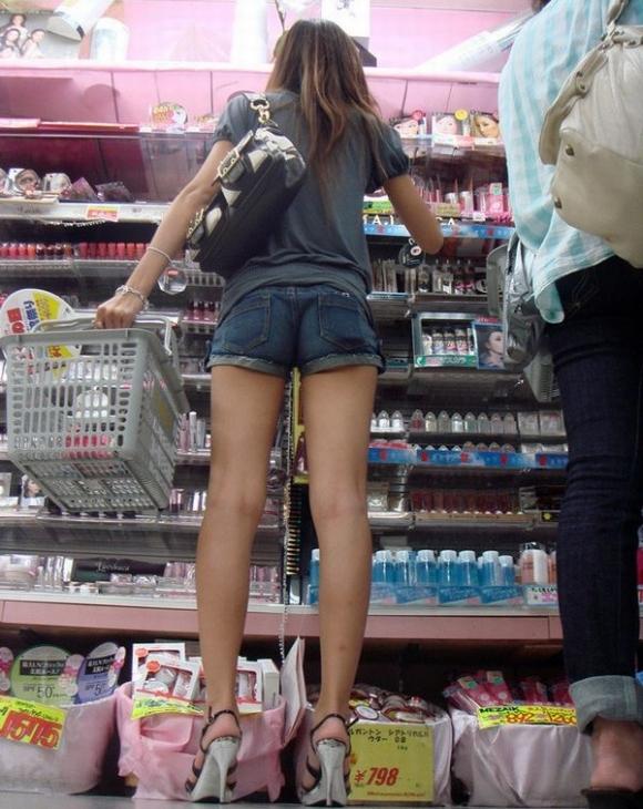 ホットパンツ履いてる女の子の脚を見つけたらずっと目で追ってしまうwwwwwww【画像30枚】26_20190604021253d31.jpg