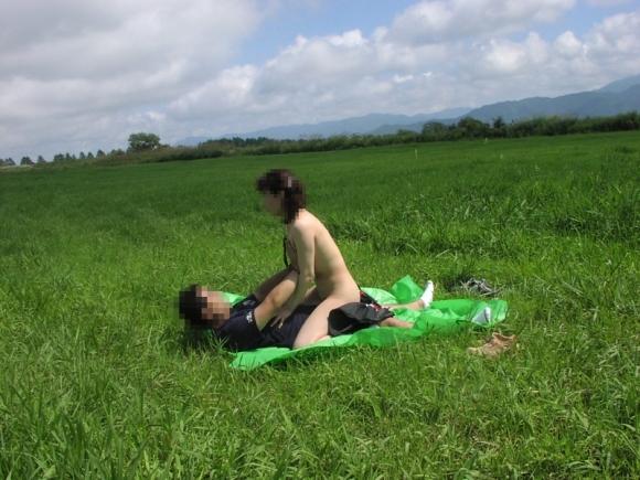 夏は間違いなく野外セックスの季節wwwwwww【画像30枚】26_20190619014316b83.jpg